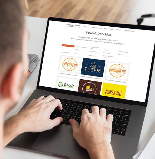 Homme cherchant une offre d'emploi sur un site web