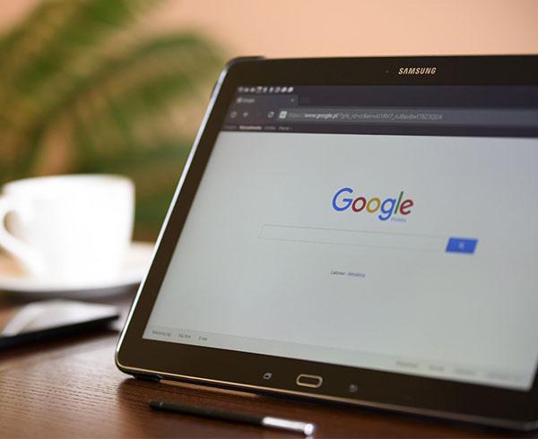 Page Google ouverte sur une tablette tactile.