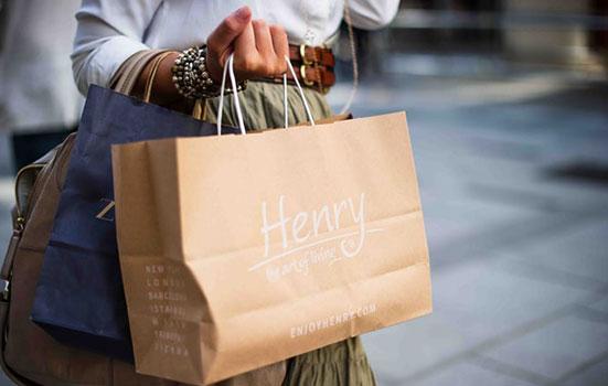 Une femme avec des sacs d'achats