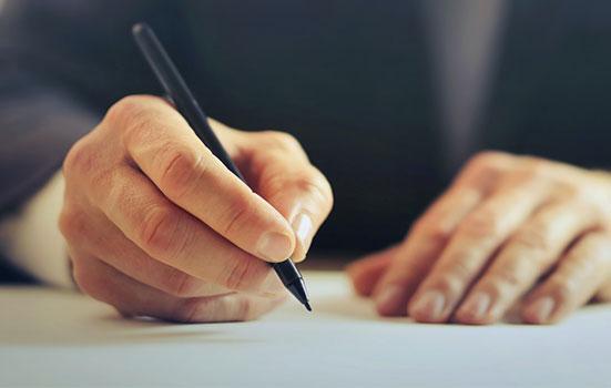 Un homme signant un papier