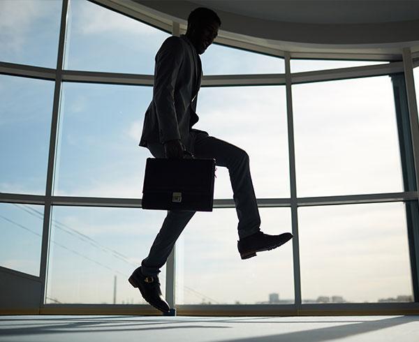 Un homme en train de sauter