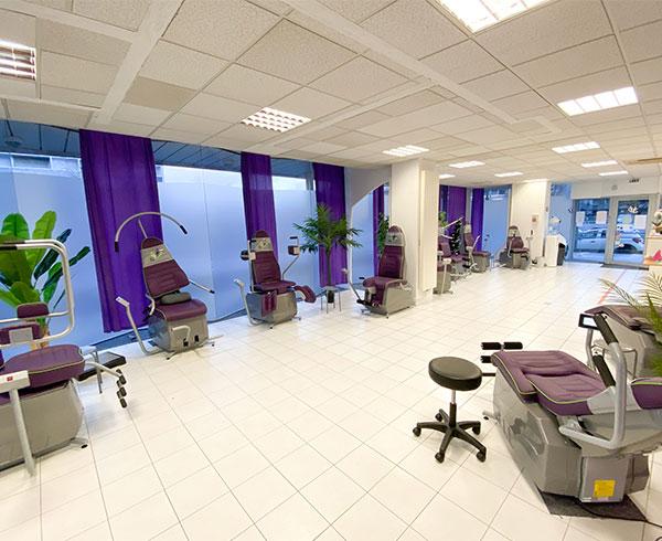 Une salle avec des machines de sport
