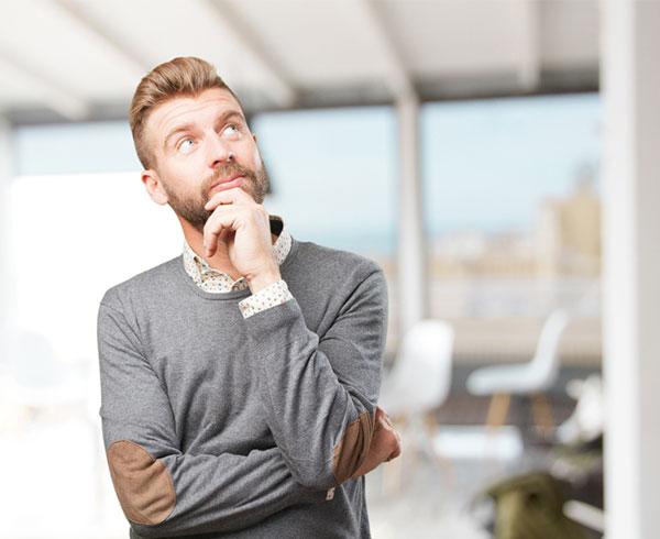 Homme réfléchissant
